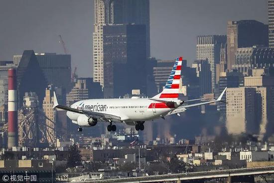 3月11日,美國紐約,一架美國航空波音737 MAX 8正準備降落。視覺中國