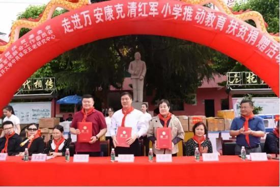 朱和平(中)、朱新华(右)、吴润泽获任康克清红军小学名誉校长 图片来源:央视网