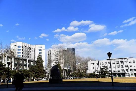 2019年3月13日,中國人民大學校園裏,人們來到戶外享受陽光。新京報記者 王貴彬 攝