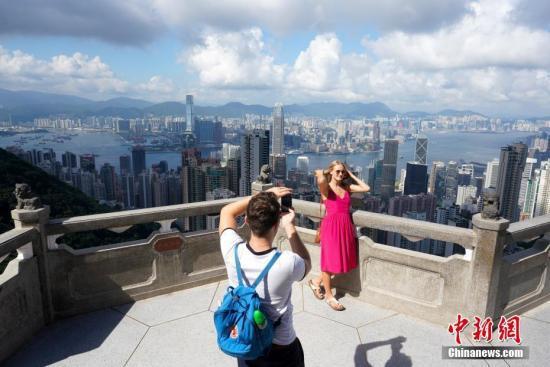 喷鼻港出名旅游景面承平山顶旅客稠密。中新社记者 张炜 摄