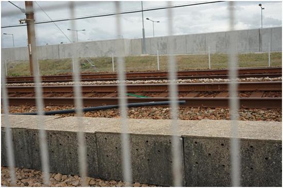 """一根铁枝横正在铁轨中间。(图片滥觞:喷鼻港""""寡消息"""")"""