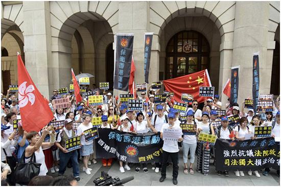 """不满""""警察抓人法官放人""""香港市民赴法院抗议"""