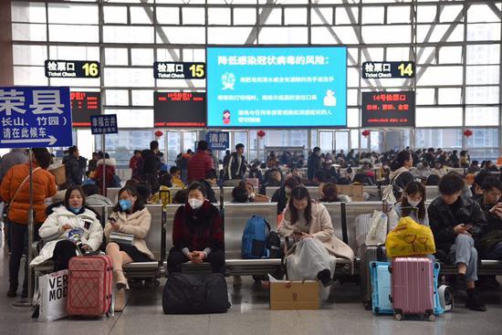 成都:武汉方向列车航班设专用通道 旅客体温检测图片