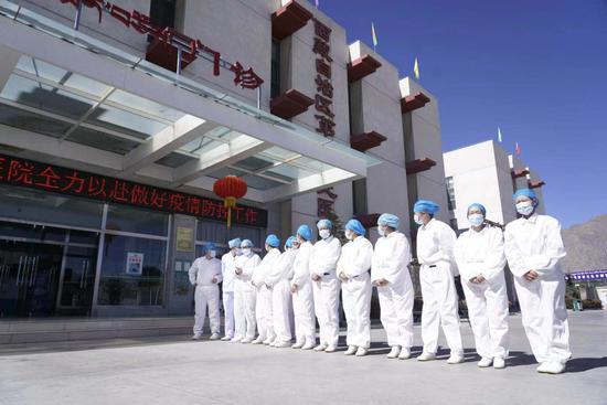 西藏自治区第三人民医院的医护人员,列队欢送张某某出院。徐驭尧摄