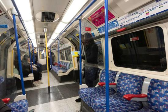 3月16日,伦敦周一早高峰期间地铁乘客数量明显减少。| 图片来源:新华社