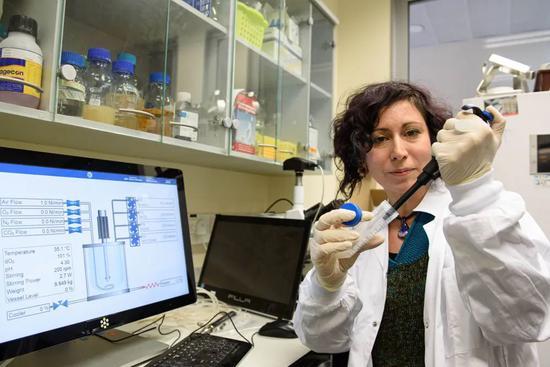 2020年2月27日,研究职员在以色列北部的米盖尔-加利利研究所内事情。以色列科技部当日公布,该国研究职员正在加速开辟一种口服的新型冠状病毒疫苗,有望在90天内最先临床试验。以色列科技部长奥菲尔·阿库尼斯说,正在研发这种疫苗的机构是米盖尔-加利利研究所。(新华社/基尼图片社)