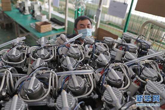2月5日,沈阳新松医疗科技股份有限公司员工在车间出产制氧机。 记华社新者我们。 杨青 摄