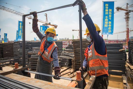 中建三局的建立者在武汉光谷大悦城建立工地功课(4月28日摄)。 记华社新者。 肖艺九 摄