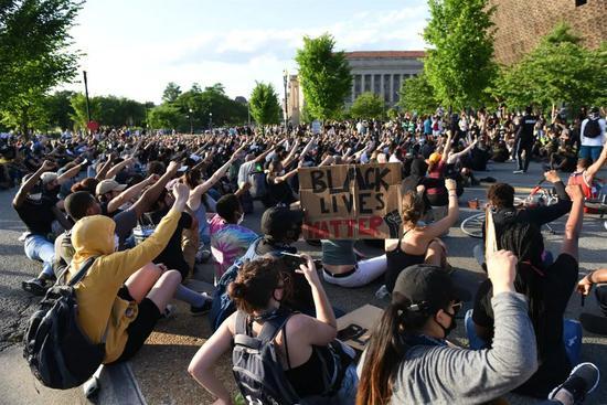 △示威者在非裔美国人历史文化国家博物馆前抗议。中新社记者 陈孟统 摄