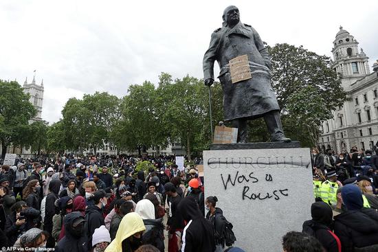 议会广场上丘吉尔雕像被抗议者涂上涂鸦。(图源:Getty)
