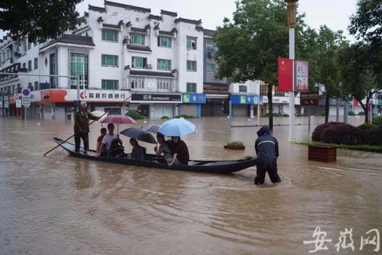 安徽黄山歙县首日高考或延迟开始:水情严重,有学生坐船前往图片