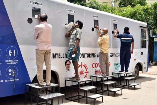 ▲7月31日,在印度海得拉巴,人们进行新冠病毒检测。(新华社发)