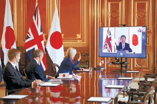 9月11日,在英国伦敦,英国国际贸易大臣伊丽莎白·特拉斯(左三)与日本外务大臣茂木敏充(屏幕中)举行视频会议。新华社发