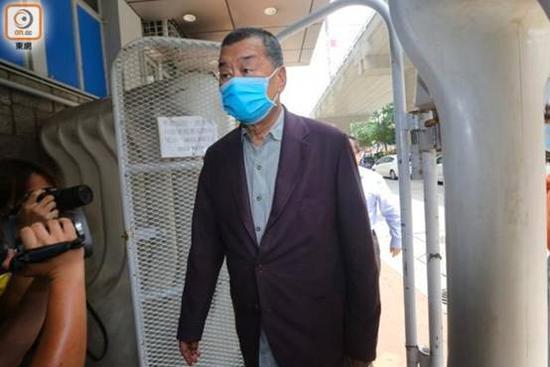 """黎智英进入旺角警署报到。图源:香港""""东网"""""""