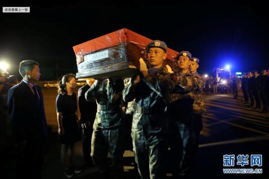 2016年6月,维和官兵代表护送中国维和战士申亮亮灵柩登上中国空军飞机。图源:新华社