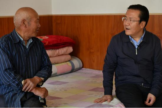 固原市委副书记、西吉县委书记王学军与村民攀谈
