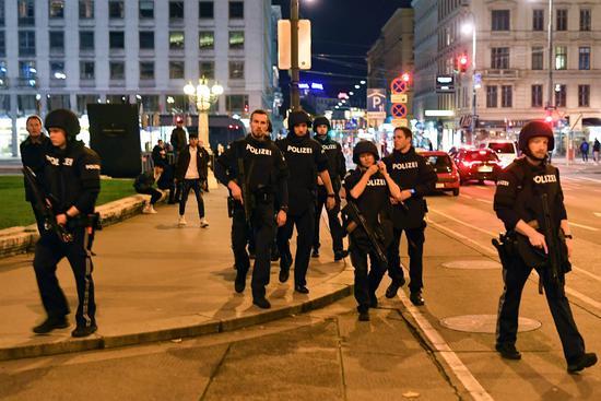 奥地利内政部长:至少1名枪手在逃 请市民不要外出