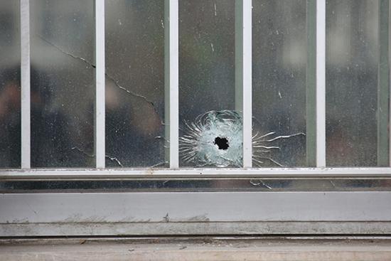 2015年1月6日,法国巴黎《查理周刊》遭到恐怖分子袭击,造成至少12人遇难。图为《查理周刊》办公地点附近建筑物上的弹孔。