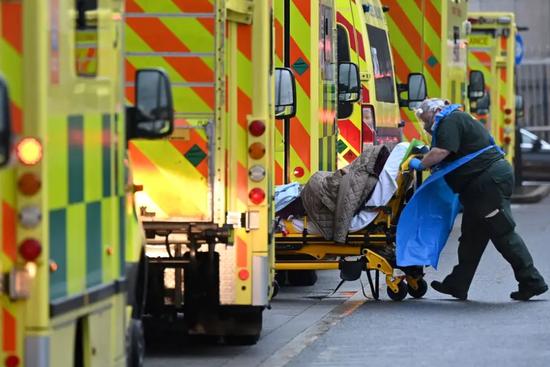 """新冠病例激增,伦敦宣布进入""""重大事故""""状态"""