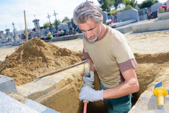 美国掘墓人工作时坟墓坍塌 被泥土掩埋当场身亡