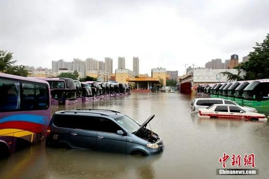 7月21日,暴雨导致郑州城区积水严重。中新社发 王中举 摄。图片来源:CNSPHOTO