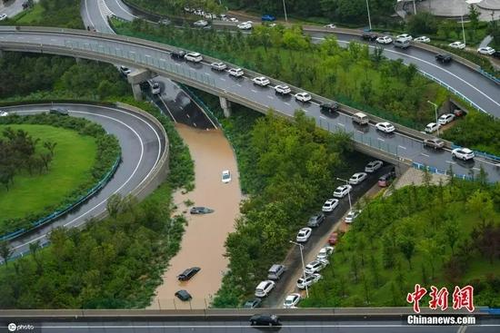 7月21日,河南,郑州暴雨第二日,积水区域被困车辆较多。图片来源:ICphoto