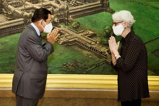 2021年6月1日,柬埔寨总理洪森在金边会见温迪•舍曼。图|人民视觉