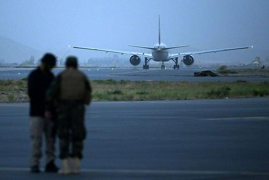 外媒:阿富汗迎来塔利班接管后首个外国商业航班