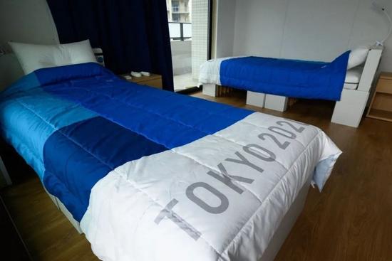 """东京""""村儿""""里令人担心的纸板床,要变病床了……"""