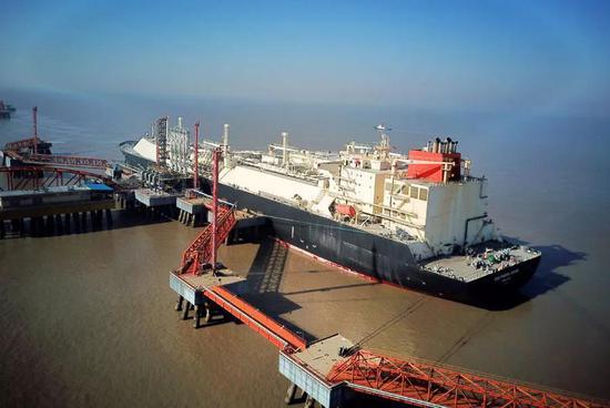 1月15日,一艘来自澳大利亚的LNG集装箱船在江苏省如东县洋口港码头停靠。