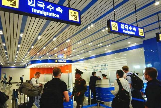 这是22日外国记者在元山葛麻机场办理入境手续。