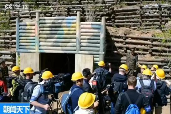 ▲来自中国、俄罗斯、美国、英国、韩国的10家海外媒体记者组成的国际记者团,在现场对爆破拆除活动进行了采访。