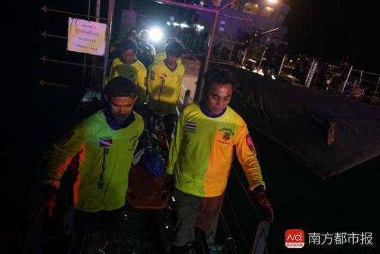 7日晚,三具遺體在搜救人員護送下在普吉phanwa碼頭上岸。南都特派記者張志韜攝。發自泰國普吉。
