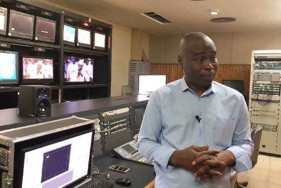 2018年7月19日,塞内加尔国度电视台新闻部主任达哈·巴在工作间承受记者采访。(新华社记者孟娜摄)