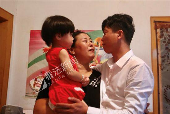 8月9日,得知无罪结果后,当晚廖海军赶回位于北戴河的家中,与妻女团聚。摄/记者 杨小嘉