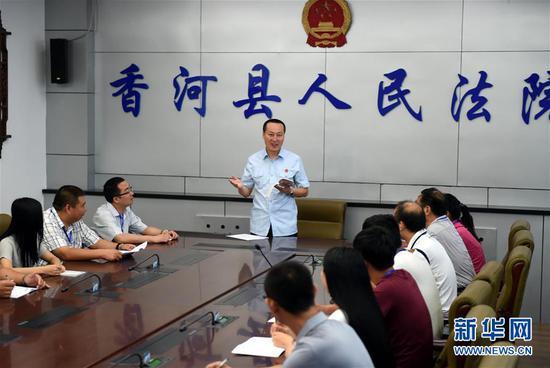 河北省香河县人民法院法官对人民陪审员进行培训(2015年7月17日摄)。 新华社记者 李晓果 摄