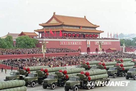 图为1999年10月1日,空军新型地空导弹方队通过天安门广场。新华社记者 白连锁 摄