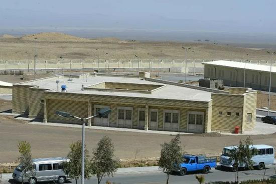 图为伊朗纳坦兹核设施外景。图源:新华社/法新