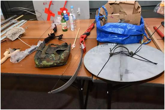 香港警方于客岁7月28日在现场查获的弓箭(图片泉源:香港《星岛日报》)