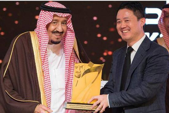 图:2018年,沙特国王萨勒曼向华为颁发企业责任竞争力金奖