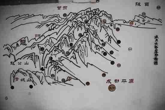地震灾区现场拉回来的钢筋制作的汶川大地震的形式图