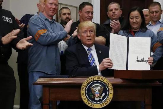 ▲资料图片:特朗普于3月8日正式签署对进口钢、铝产品征收关税的行政令。(路透社)