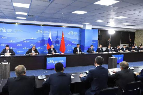 9月11日,国度主席习近平在符拉迪沃斯托克和俄罗斯总统普京共同列席中俄中央指导人对话会。新华社记者 饶爱民摄