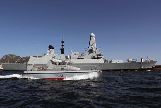 西班牙军舰闯直布罗陀海域还奏国歌,英军紧急拦截。(图源:《每日邮报》)