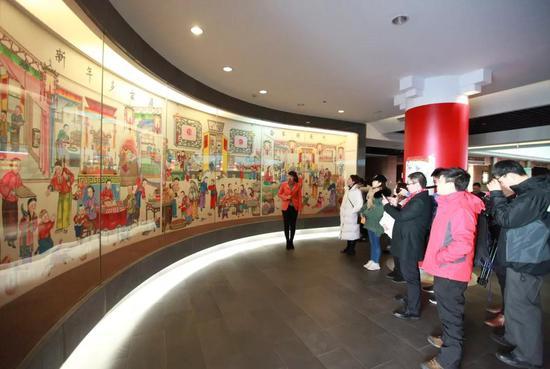 博物馆讲解员为大家解读年画背后的故事