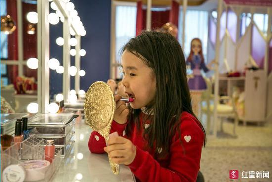 沙龍裏用口紅的小女孩 圖據華盛頓郵報