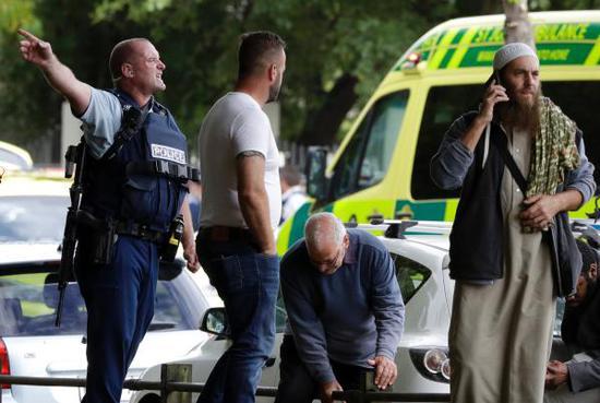 當地時間2019年3月15日,新西蘭南島克賴斯特徹奇市,當地一座清真寺附近發生槍擊事件,多名目擊者稱有數人遭到殺害。 東方IC 圖