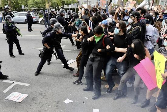 5月30日,在美国洛杉矶,示威者与警方发生冲突。新华社