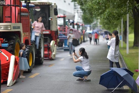 疫情下的毕业季:有人返校途中折返回家,有人等到拖拉机巡展的毕业礼图片