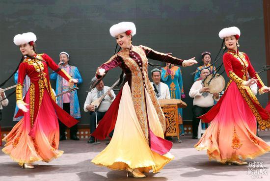 △乌鲁木齐某景区演员演出新疆民族跳舞。